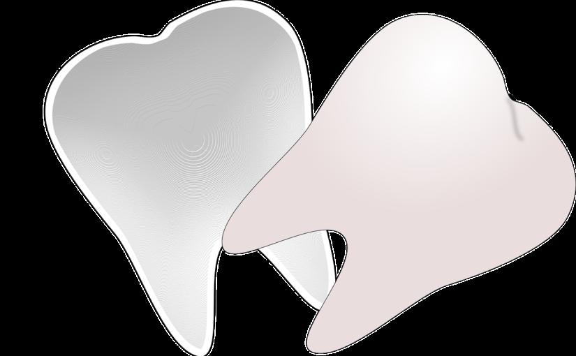 Prześliczne zdrowe zęby również efektowny uroczy uśmieszek to powód do płenego uśmiechu.